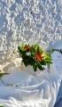 Φθινοπωρινός στολισμός γάμου με πορτοκαλί ζέρμπερες και λευκά τριαντάφυλλα